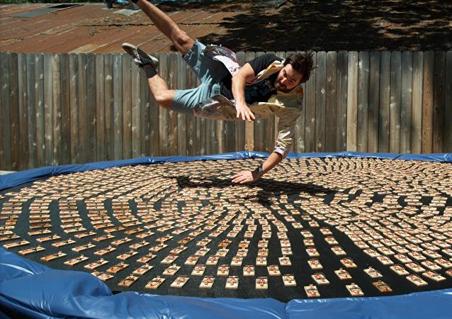 Videobloguero salta sobre 1.000 ratoneras