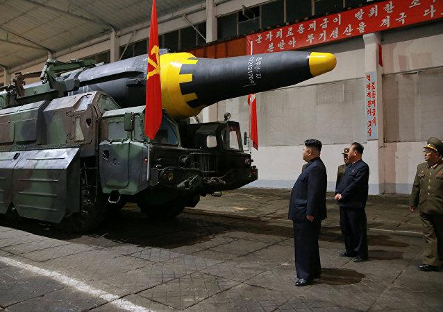 Kim Jong-un, líder norcoreano, inspecciona el misil balístico Hwasong-12 (archivo)