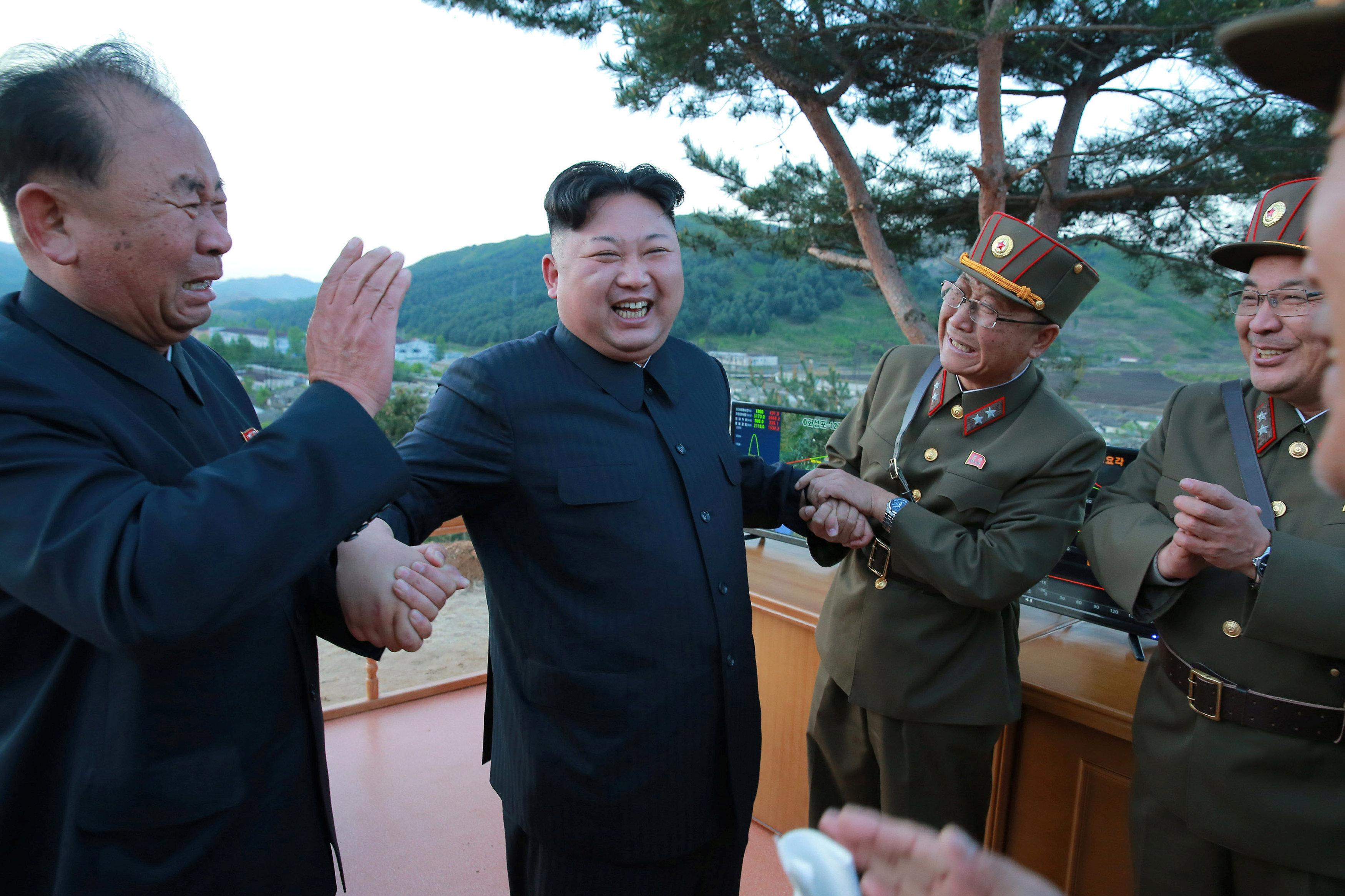 Kim Jong-un, líder norcoreano, felicita a los militares y científicos con motivo de una prueba exitosa del misil balístico Hwasong-12