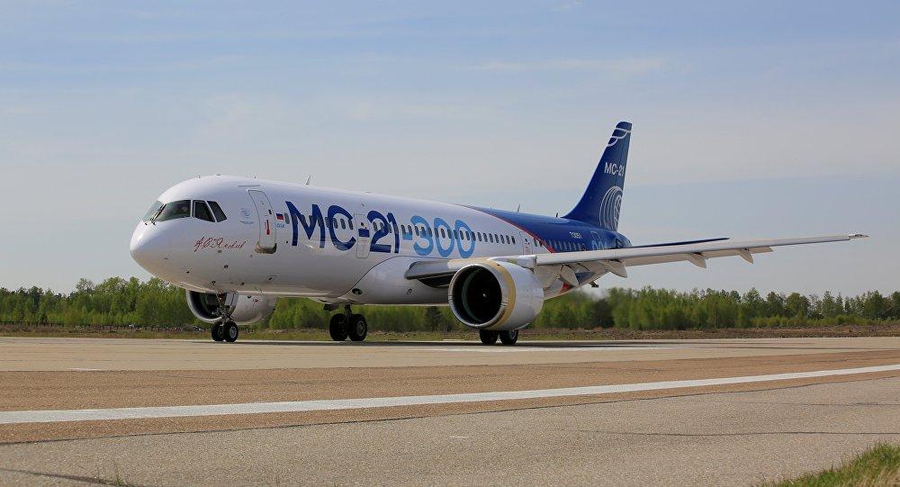 El avión de pasajeros ruso MS-21 durante las pruebas de recorrido