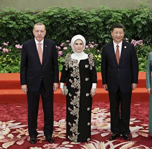 El presidente chino Xi Jinping, su esposa Peng Liyuan, el presidente turco Recep Tayyip Erdogan y su esposa Emine asisten al banquete de bienvenida para Un cinturón, una ruta
