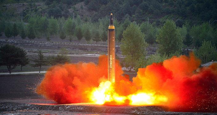 El cohete balístico estratégico de largo alcance Hwasong-12 (Mars-12) está lanzado durante una prueba