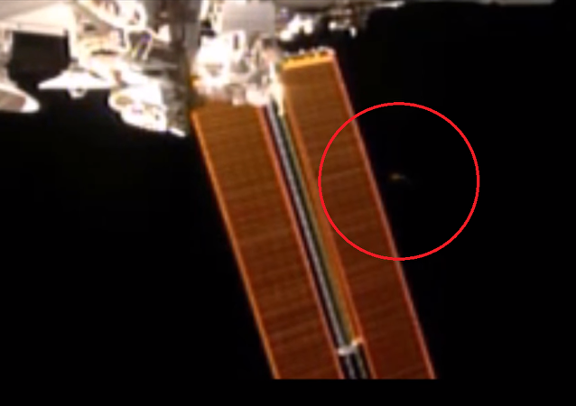 Un disco volante cerca de la Estación Espacial Internacional