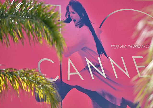 Afiche del 70º Festival Internacional de Cine de Cannes en la fachada del Palais des Festivals