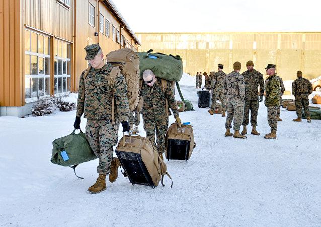 Marines estadounidenses caminan después de aterrizar en Stordal, Noruega