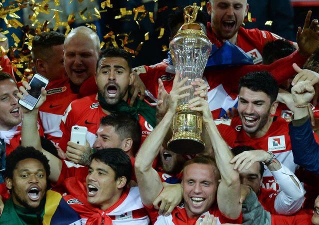 Los jugadores del Spartak alzan la copa de campeones de liga