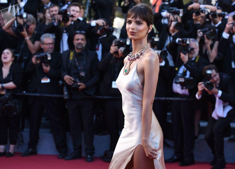 La modelo Emily Ratajkowski en la ceremonia de apertura del 70 Festival Internacional de Cine de Cannes