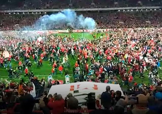 Hinchas del Spartak invaden el campo para celebrar la victoria en la Liga Premier de Rusia