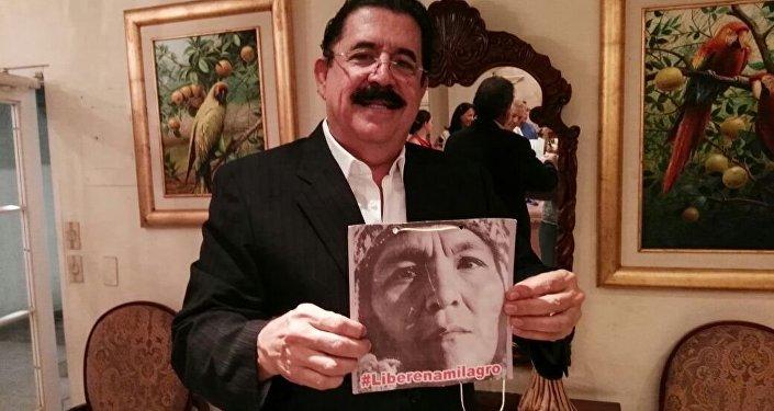 El expresidente hondureño Manuel Zelaya sostiene una foto de Milagro Sala