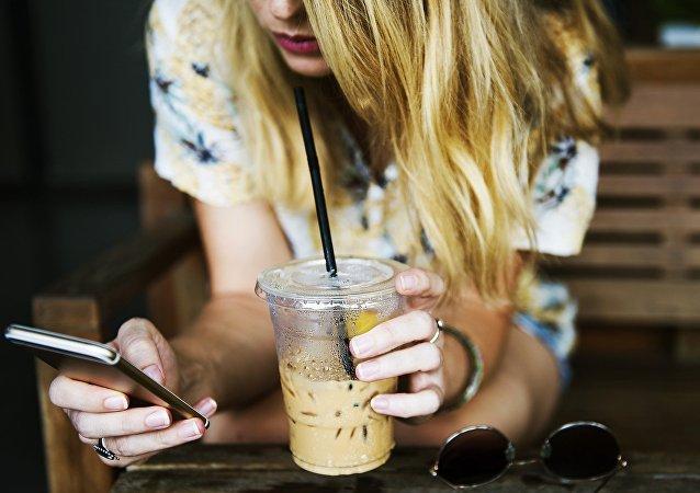 Una mujer sostiene el móvil
