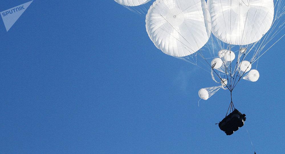 Un vehículo blindado BMD lanzado en paracaídas (archivo)