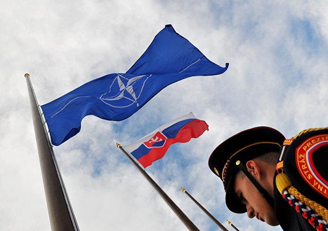 Las banderas de Eslovaquia y la OTAN