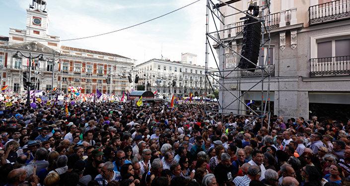 Manifestación en apoyo a la moción de Podemos contra Rajoy