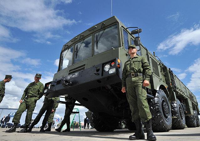 Misil táctico Iskander y militares rusos