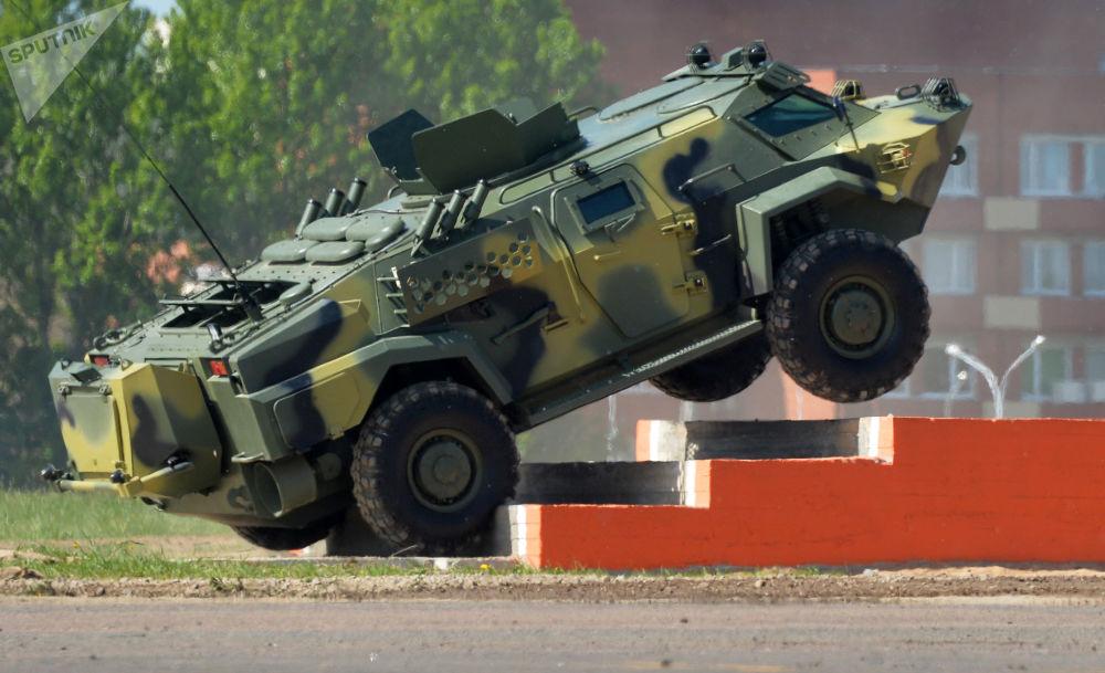 Vehículo bielorruso blindado de reconocimiento y patrulla Kaimán en la Exposición Internacional de armas y equipo militar Milex-2017 en Minsk