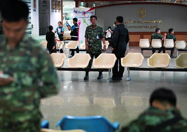 La policía de Bangkok en el principal hospital militar tras la explosión de una bomba