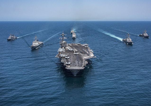 El portaviones estadounidense USS Carl Vinson escoltado por unos destructores surcoreanos (archivo)