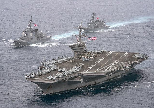 Portaviones USS Carl Vinson transita por el mar de Filipinas escoltado por buques japoneses