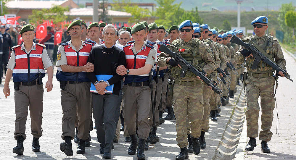 Akin Ozturk, ex comandor de Fuerza Aérea de Turquía, escoltado a la Corte para el juicio