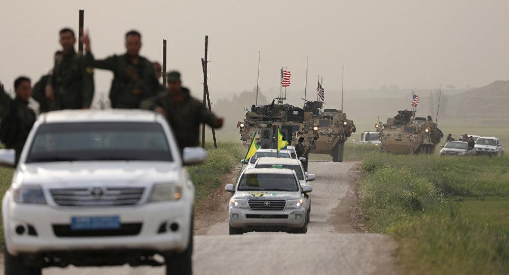 Fuerzas de autodefensa kurdas a bordo de un convoy de vehículos estadounidenses (archivo)