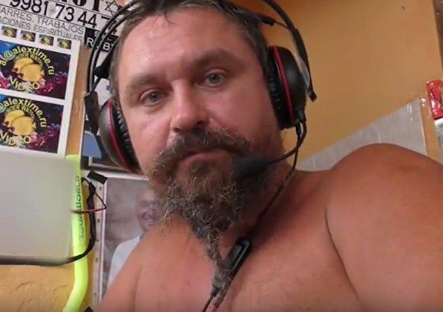 Alexéi Makéyev en uno de sus vídeos (captura de pantalla)