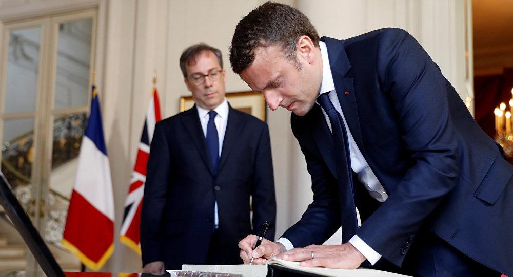 Emmanuel Macron, presidente de Francia, firmando el ibro de condolencias abierto tras el atentado en Mánchester