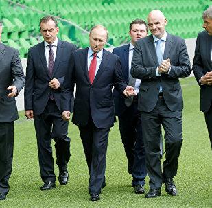 Vladímir Putin, presidente de Rusia, junto a Gianni Infantino, presidente de la FIFA