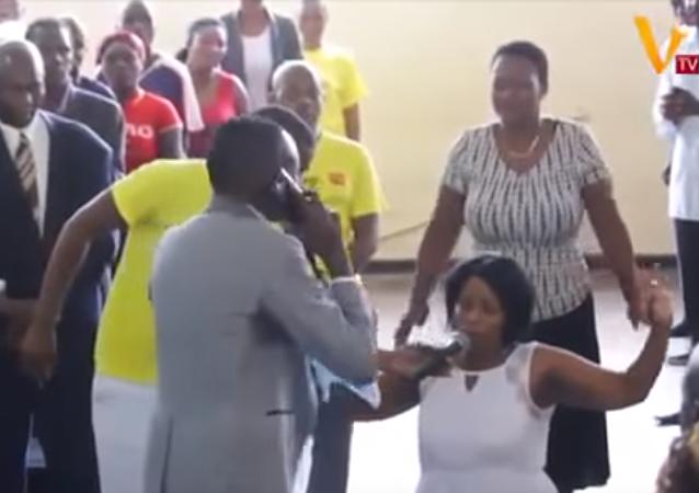 Un pastor 'habla' con Dios frente a los creyentes