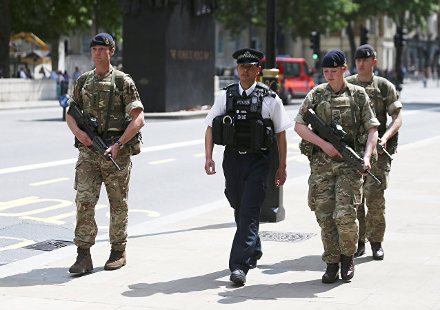 Soldados y agente de policía en la ciudad de Mánchester