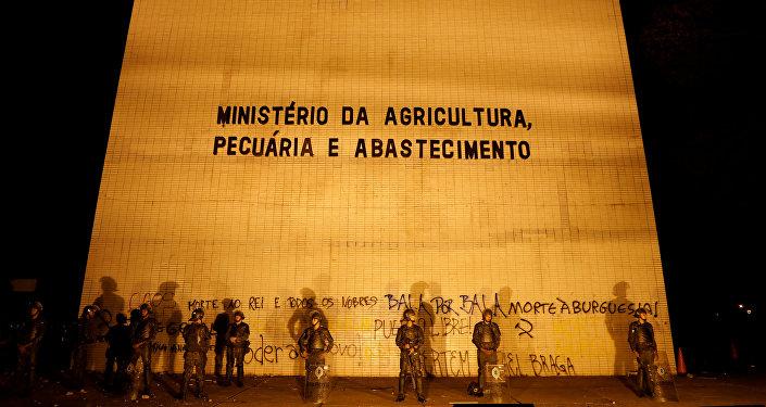 Soldados brasileños protegen el Ministerio de Agricultura