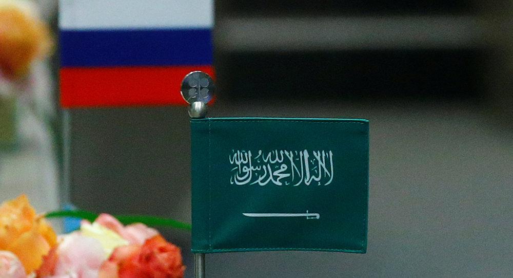 Las banderas de Rusia y Arabia Saudí