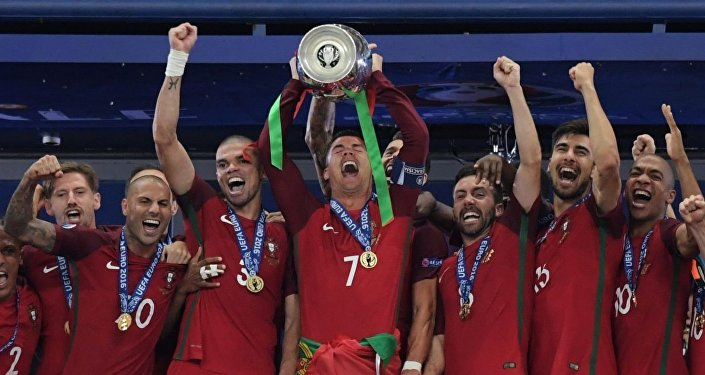 Los jugadores de la selección levantan la Copa de Europa 2016 tras imponerse a Francia
