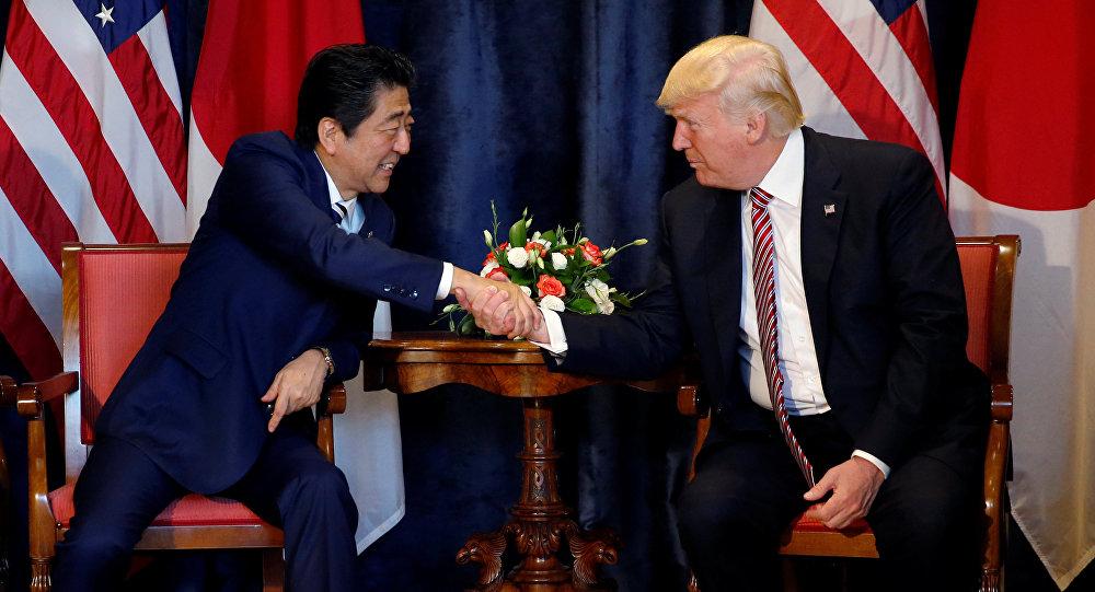 Donald Trump, presidente de EEUU, y su homólogo japonés, Shinzo Abe, durante su encuentro en Italia