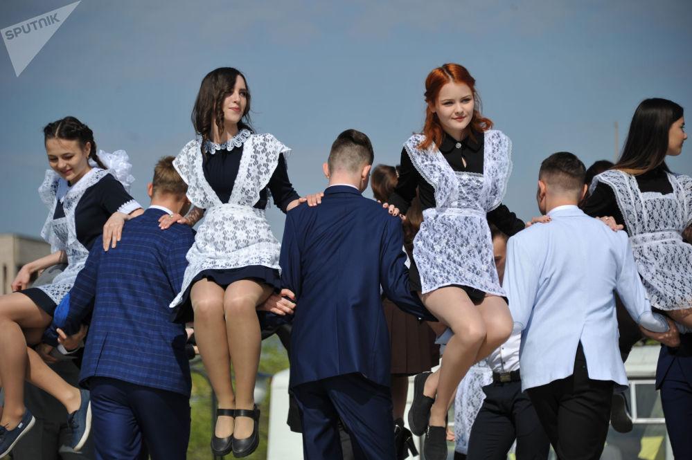 Los graduados de la escuela № 21 durante la celebración del 'Último timbre' en la plaza de Lenin, en Chitá