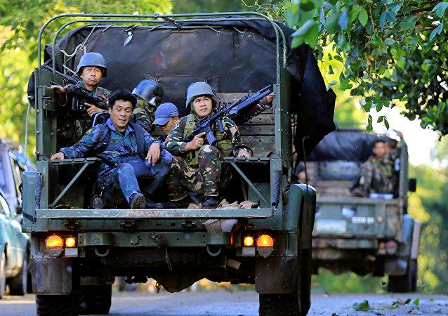 Los saldados filipinos patrullan Marawi