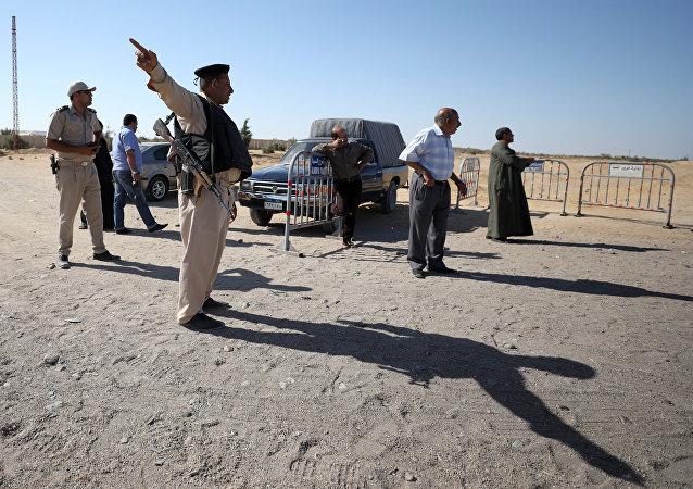 Policía egipcia en la zona del ataque al autobús