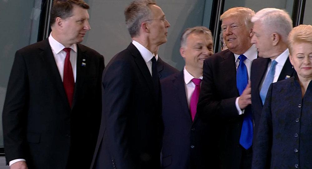 Donald Trump empuja al primer ministro de Montenegro Dusko Markovic