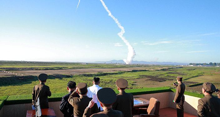 Kim Jong-un, líder norcoreano, asiste a las pruebas de un nuevo misil (archivo)