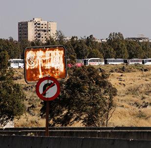 Autobuses con grupos armados que abandonan la ciudad de Al Waer, Siria