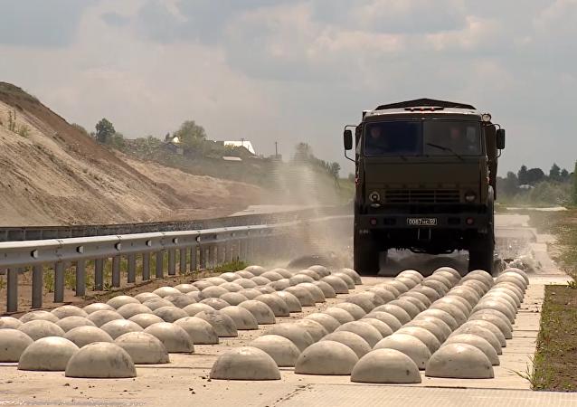 Un camión durante la celebración del Día del Automovilista Militar en Rusia