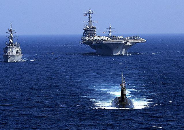 El submarino estadounidense USS Seawolf, junto al portaviones USS John C. Stennis y el destructor japonés JS Oonami, 12 de febrero de 2009