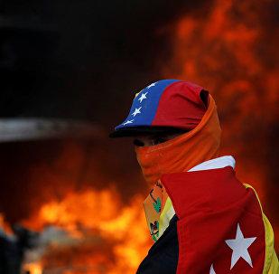 Participante de las protestas contra el presidente Nicolás Maduro en Caracas, Venezuela