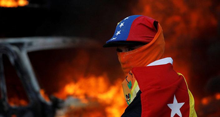 Un participante de las protestas contra el presidente Nicolás Maduro en Caracas, Venezuela