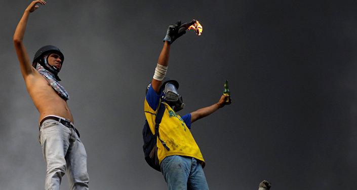 Participantes de las protestas contra el presidente Nicolás Maduro en Caracas, Venezuela