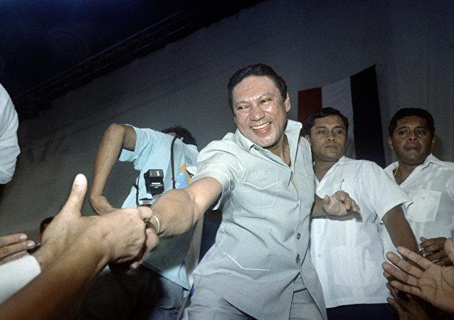 Manuel Noriega, exdictador panameño, saludando a sus seguidores durante su aniversario en 1988