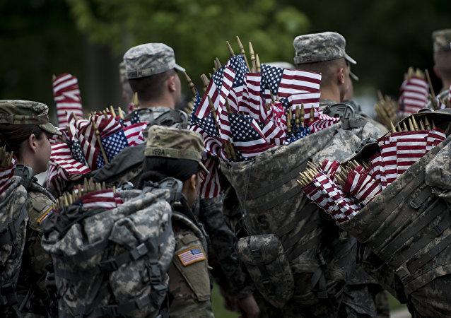 Soldados estadounidenses con banderas del país (archivo)