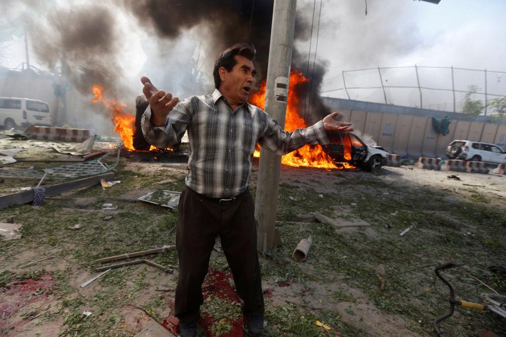 A raíz de una fuerte explosión en el centro de la capital afgana, Kabul, 100 personas perdieron sus vidas, centenares más resultaron heridas
