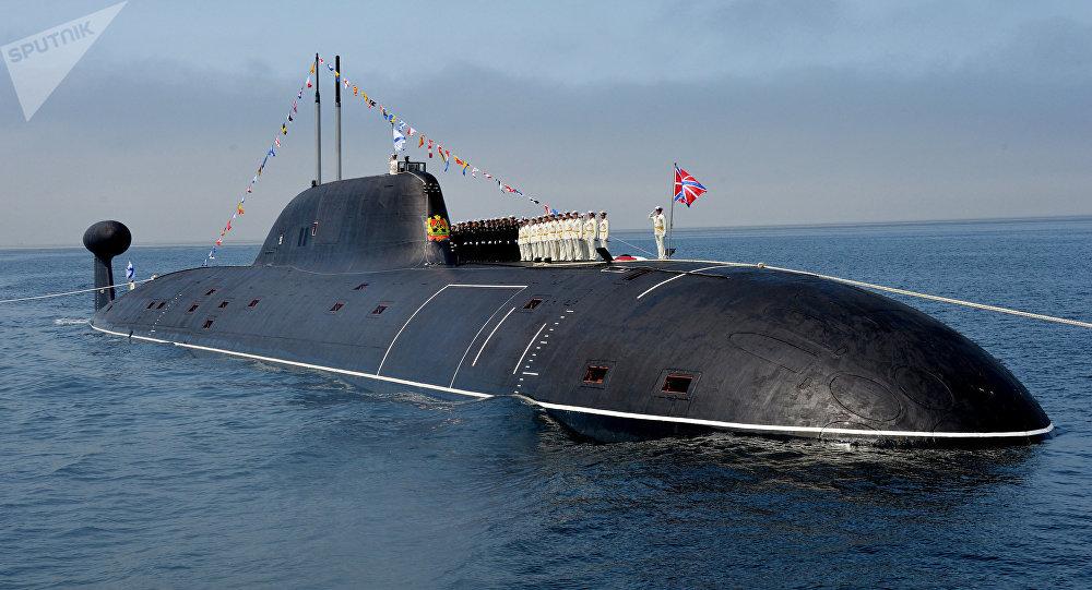 Oficiales de la Armada rusa en la cubierta del submarino nuclear 'Kuzbass'.