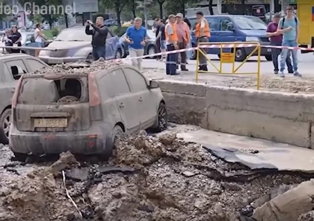 El momento exacto de la gran explosión tras la rotura de una tubería en Kiev