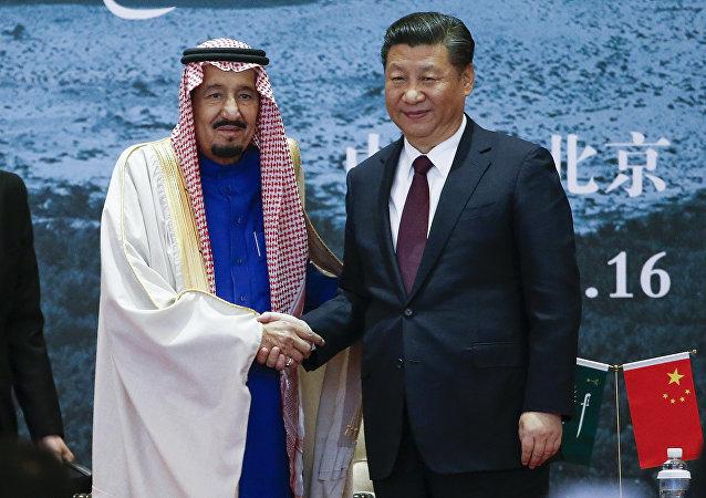 El rey saudí Salman y el presidente chino Xi Jinping se dan la mano